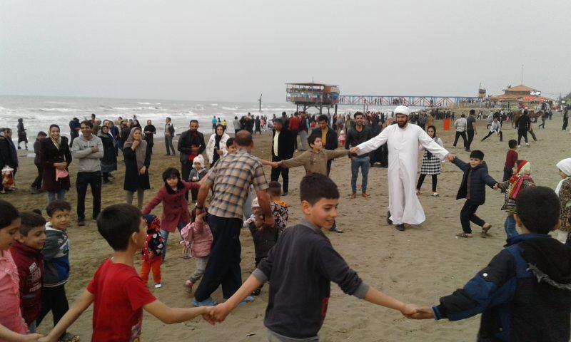 کودکان شاد در ساحل مجتمع فرح آباد